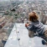 Изумительный вид со стеклянного балкона небоскреба